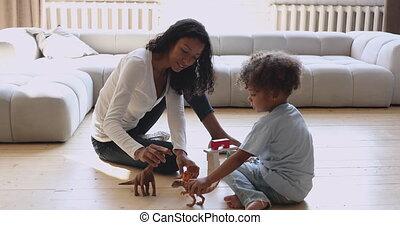 jeune, jouer, biracial, mère, américain, africaine, kid., peu, heureux