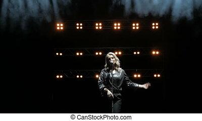 jeune, lights., chanteur, beau, chanson, chante, étape, fumée