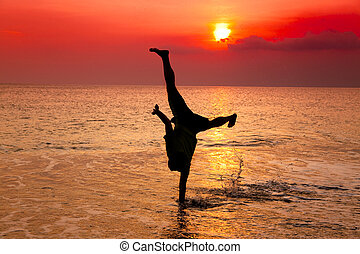 jeune, main, coucher soleil, stand, plage, homme