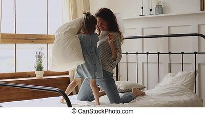 jeune, oreillers, petit, mère, mignon, daughter., combat, heureux