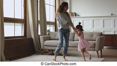 jeune, petit, gosse, mère, joyeux, daughter., insouciant, levage, heureux