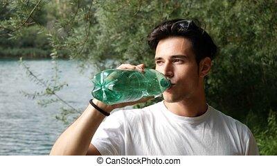 jeune, plastique, bouteille eau, boire, homme