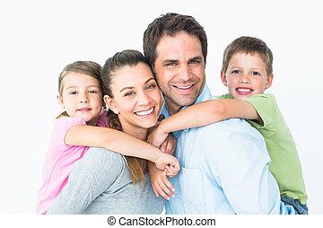 jeune regarder, appareil photo, ensemble, famille, heureux