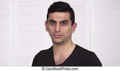 jeune regarder, appareil photo, sérieux, arabe, homme