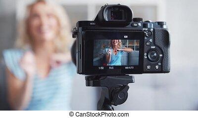 jeune, séduisant, séance, fille femme, vlogging., blog, enregistrement, vidéo, maison, appareil-photo.