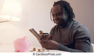 jeune, smartphone, ligne, payant, américain noir, utilisation, africaine, achats, achats, homme, carte de débit