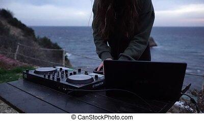 jeux, soir, gros plan, foyer, partie., woman., contrôlé, femme, jeune, sélectif, professionnel, musique, grattement, dj, equipment., sexy, console, mains, mélange