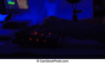 jouant jeu, gros plan, vidéo, utilisation, mains, clavier, gamer, mouse.