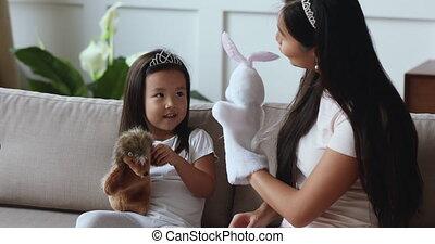 jouer, asiatique, fille, maman, heureux, jouets, enfant, marionnette