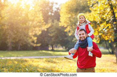 jouer, fille, enfant riant, automne, famille, père, heureux, parc