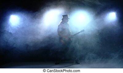 jouer, motion., fumée, homme, lent, bande, basse, guitar., jeune