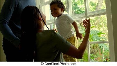 jouer, noir, fenêtre, maison, sien, côté, parents, vue, confortable, 4k, rebord, fils, jeune