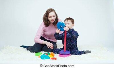 jouer, tir, pyramide, garçon, maman, montage