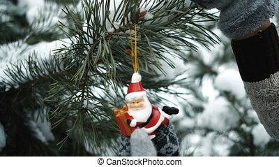 jouet, sapin, décore, femme, forêt, pendant, année, nouveau
