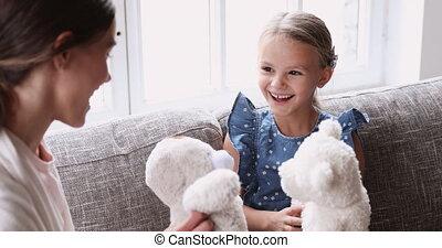 jouets bourrés, girl, jouer, enfant, maman, mignon, parent, gai