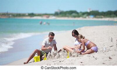 jouets, confection, gosses, père, plage., exotique, château sable, plage, famille, jouer