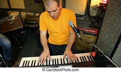 joueur, t-shirted, jaune, synthétiseur, studio, clavier, jouer
