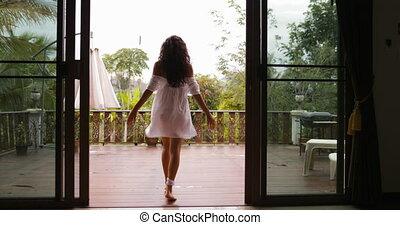 jouir de, étirage, dos, bras, sortir, forêt, vue, tropique, girl, vue, matin, arrière, terrasse