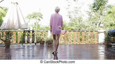 jouir de, femme allonger, armes arrière, sortir, forêt, vue, tropique, girl, vue, matin, blond, arrière, terrasse