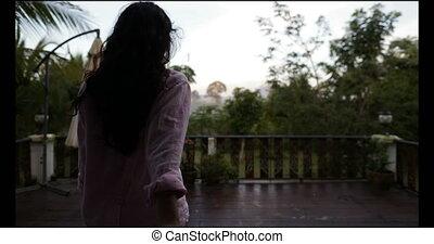 jouir de, femme, point, mener, couple, matin, ensemble, main, forêt tropicale, homme, vue, prise, paysage, terrasse