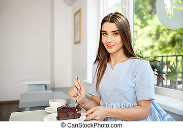 jouir de, magasin, café, manger, noon., moderne, jeune, chocolat, chaud, séduisant, gâteau, dame, caucasien