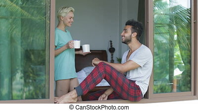 jouir de, rebord, café, séance femme, couple, venir, matin, fenêtre, chambre à coucher, boire, homme, parler, vue
