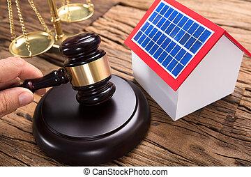 juge, maillet, main, frapper, solaire, maison, table, modèle