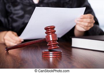 juge, verdict lecture, femme