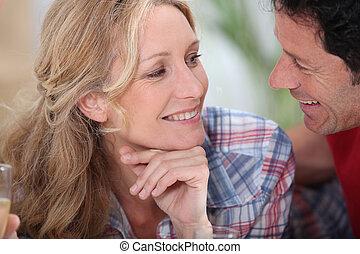 juste, couple, intimement, autre, vue, chaque, sourire, champagne, fixer, lunettes