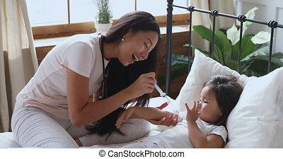 kid., jeune, affectueux, ethnique, jouer, femme, vietnamien