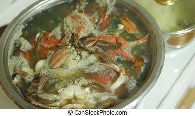 kitchen., crosse, délicatesse, dehors, préparé, -, mites, crabes, ébullition, fruits mer, eau, bleu, rouges, saucepan.