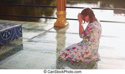 koh, femme, genoux, soleil, jeune, shining., prie, plai, thaïlande, laem, complex., wat, religieux, temple, 1920x1080, samui