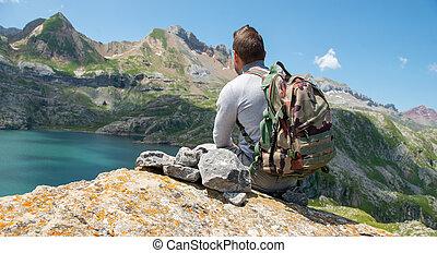 lac, randonneur, pyrénées, reposer, homme, regarder, montagnes