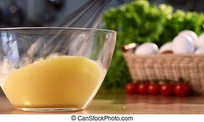 lait, cru, arrière-plan vert, frais, blanc, process., verser, bol, verre, oeufs, salad., poulet, gros plan, coloré, coup, brillant, battre