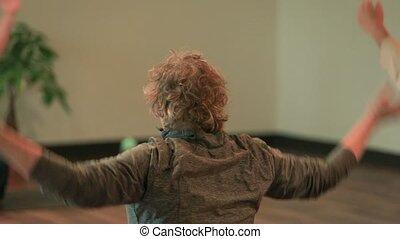 lame, yoga, femme, épaule, étendue