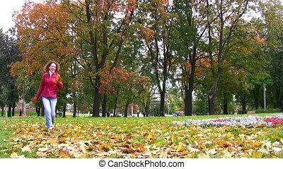 lancement, feuilles automne, femme, parc