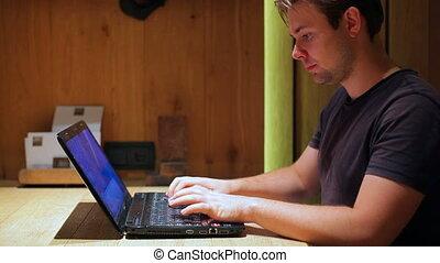 laptop., homme, jeune, fonctionnement