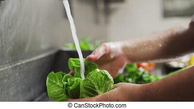 lavage, chef cuisinier femelle, haut fin, cuisine, légumes, caucasien, restaurant