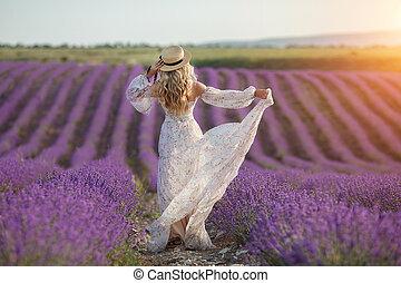 lavande, chapeau, blond, courant, field., amusement, paille, joli, loin, robe, fleurs, avoir, long, femme