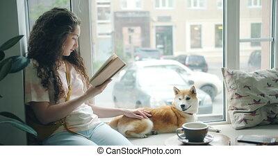 lecture, chouchou, chien, fenêtre, livre, séduisant, propriétaire, girl, café, rebord, caresser