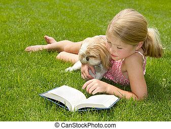 lecture fille, chien, dehors
