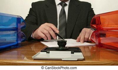 lecture, homme affaires, document, il, signes