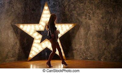 lent, étoile, électrique, mouvement, arrière-plan., guitare, sexy, girl, silhouette, briller
