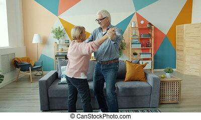 lent, apprécier, ensemble, danse, mouvement, maison, romantique coupler, personnes agées, musique