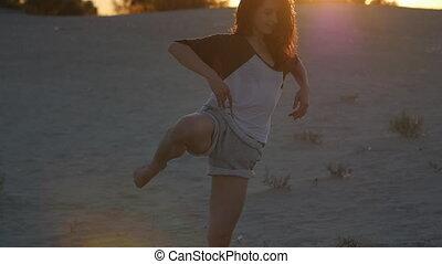 lent, danseur, mouvement, femme, poser, joli, professionnel, plage, coucher soleil