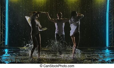 lent, deux, gouttes pluie, danse, enfumé, silhouette, arrière-plan., professionnel, studio, latino, sombre, femmes, water., salsa, homme, surface, danse, passionné, danseurs, mouvement, pratique