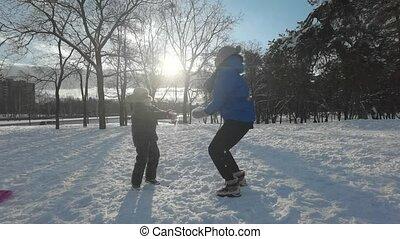 lent, forêt, joyeusement, neige-couvert, day., quoique, route, hiver, glacial, fille, motion., chaque, debout, neige, par, lancement, ensoleillé, autre, mère