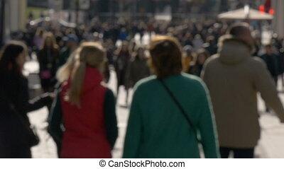 lent, gens, printemps, ensoleillé, promenade, mouvement, rue, unrecognizable, vidéo, long, brouillé