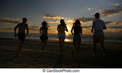 lent, groupe, amis, ensemble, mouvement, courant, vers, cinq, mer, plage coucher soleil
