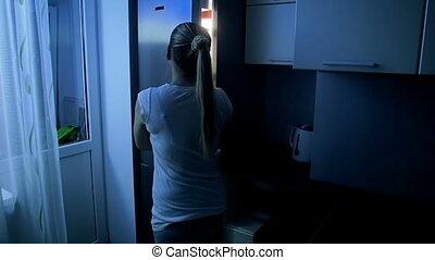 lent, métrage, jeune, mouvement, femme, nuit, ouvert, réfrigérateur